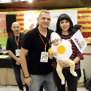 Ganador y niño disfrazado de huevo frito